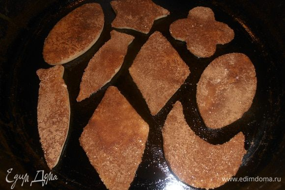 Смазываем сковороду растительным маслом и выкладываем печенье.