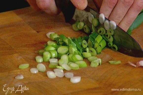 Лук мелко порубить и добавить в сковороду, посолить, поперчить и обжарить еще немного.