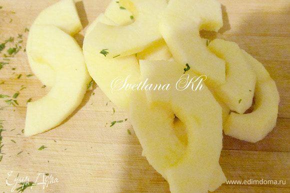 Яблоки и свеклу очистить и нарезать.