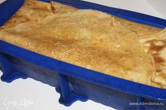 Накрыть пирог свисающими краями блинов.