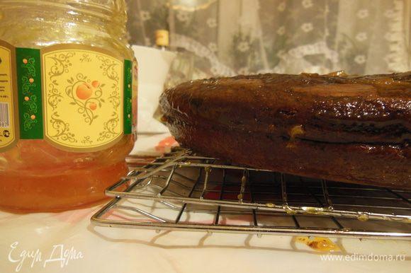 Сложить половинки, смазать джемом края и верх торта