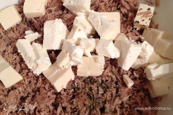 выложить к индейке, поперчить, добавить базилик. Не солить, соли достаточно в брынзе и сырке. Размять руками или вилкой