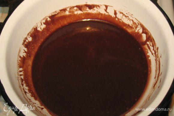 Готовим глазурь. Растопить сливочное масло, добавить какао, сахар и по конец сметану.