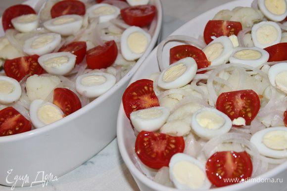 В форму выложить капусту, подсолить, лук, помидорки, яйца и орехи
