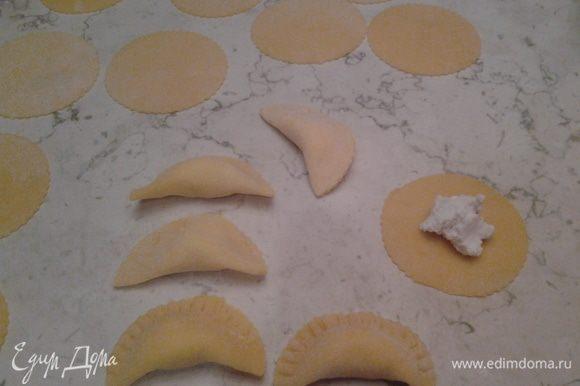 Готовим фондуту: подогреваем сливки, вводим пармижиано режиано, цедру 1 апельсина и 1 мандарина, соль (перец, если нравится). Тем временем отвариваем полумесяцы в большом количестве подсоленной воды, пока не всплывут на поверхность, достаём шумовкой, вводим в фондуту, даём провариться и ароматизироваться 1 минуту. Раскладываем по тарелкам, добавляя по вкусу пармижиано, перец, немного цедры.