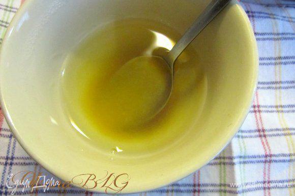 Желатин залить горячей водой (1/3 стакана), перемешать. Ввести желатин в горячий крем. Перемешать охладить.