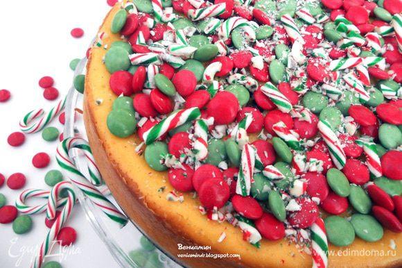 Оформить конфетами (здесь красные и зеленые шоколадные драже и полосатые мятные конфеты, раздробленные). И можно создавать себе праздничное настроение:))))