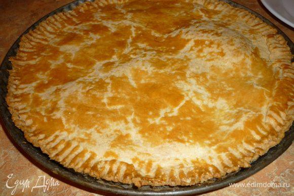 Раскатать 2/3 теста,уложить в форму, положить начинку. Оставшиеся тесто раскатать, положить поверх начинки, скрепить края пирога. Смазать яйцом верх. Выпекать 45 минут. Подавать со взбитыми сливками или шариком мороженого. Приятного аппетита!!!!!
