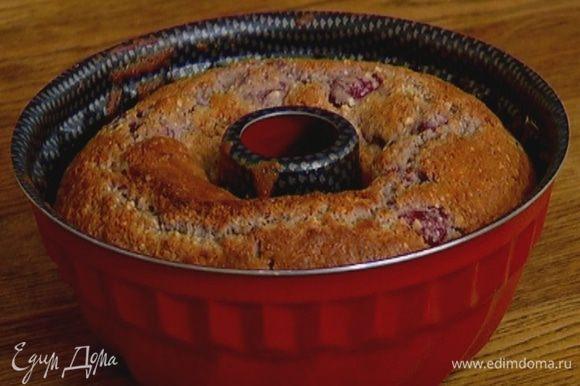 Форму для выпечки смазать растительным маслом, выложить тесто и отправить в разогретую духовку на 35–40 минут.