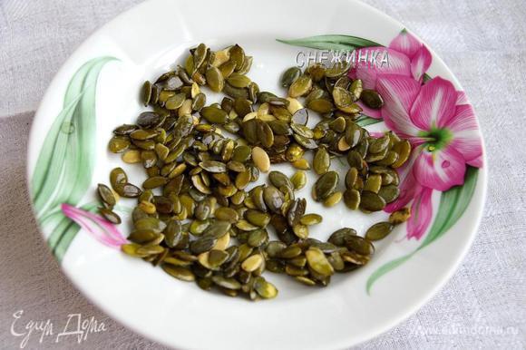 Выкладываем семечки на смазанную растительным маслом тарелку (сироп сохраняем). Даём семечкам остыть.