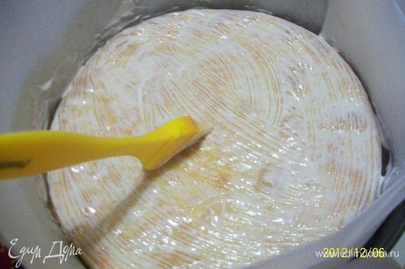 Сборка торта: Все коржи пропитываем сиропом. Нижний корж укладываем на блюдо. Бока застилаем пергаментом, как бы формируем бортик. Одеваем разъемное кольцо и защелкиваем на корж. Хорошо промазываем заварным кремом, но 5-6 ст. ложек оставляем для промазывания остальных коржей. Накрываем вторым коржом пропитанной сиропом и промазанной кремом стороной. Немного прижимаем корж для заполнения пустот внутри. Еще раз сверху корж промазываем кремом.