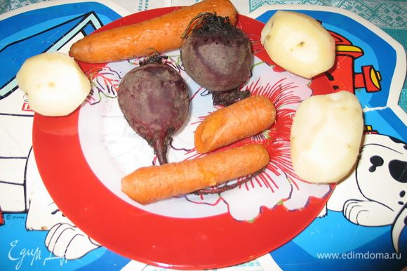 Нужно отварить картофель, морковь и яйца. Отваренные продукты остудить и почистить.