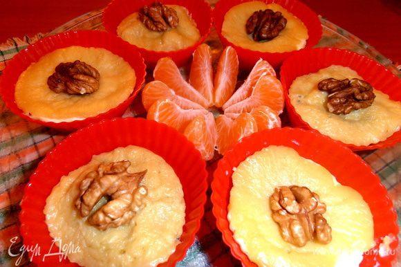 Украшаем половинками грецкого ореха и мандаринчиком.