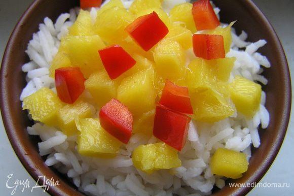 сверху выложить манго, нарезанное маленькими кубиками, и сладкий перец, нарезанный примерно такими же кусочками.