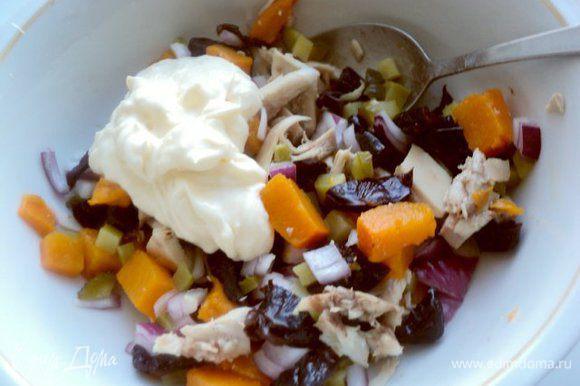 Сложить в миску филе, тыкву, чернослив, лук и корнишоны, добавить соус, мелко порезанную петрушку, перемешать, посолить по вкусу.
