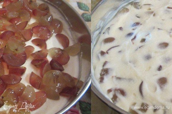 На крем выложить порезанный виноград и лопаточкой хорошо разровнять. чтобы крем покрывал виноград.