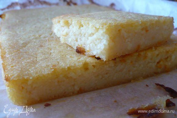 Затем добавить 2 яйца и взбить венчиком Затем всыпать постепенно муку и соду, чередуя с соком. Размешать тесто до однородности. Получается жидкое тесто.