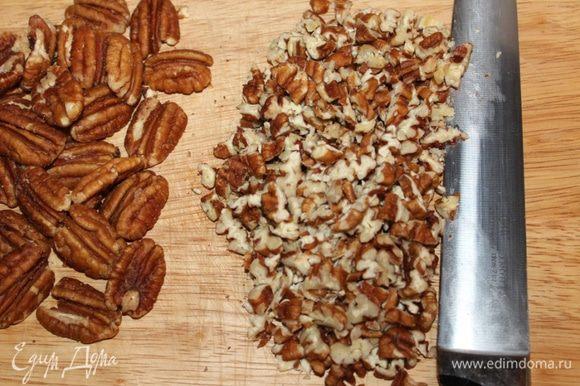 Измельчить 130 г орехов, 70 г оставить целыми для украшения.