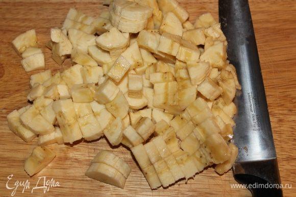 Бананы и ананасы мелко порубить.