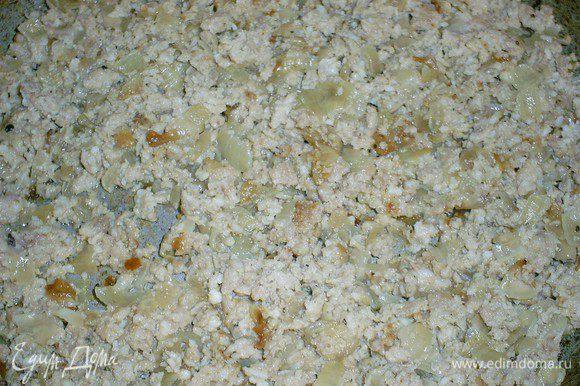 Для мясной начинки обжариваем фарш с луком (1 крупная луковица) до готовности. Солим, перчим по вкусу.