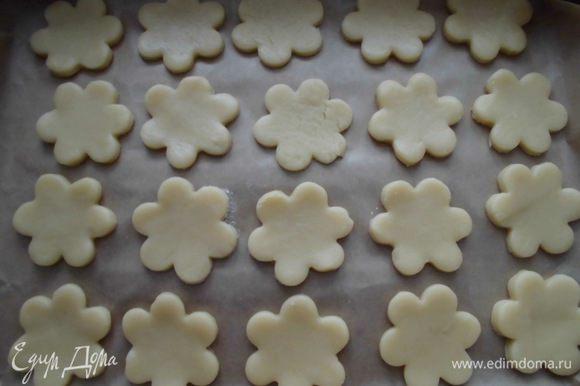 Разогреть духовку до 200 градусов. Тесто раскатать в тонкий пласт и вырезать формочкой печенья. Выложить на противень, застеленный бумагой для выпечки и запекать минут 10-15.