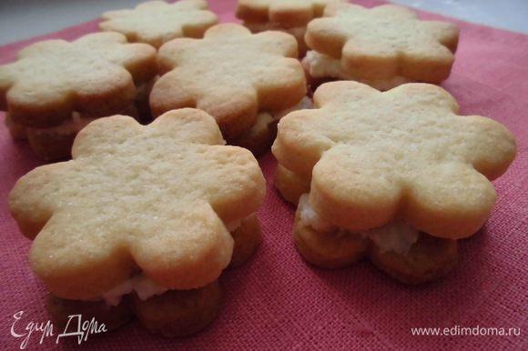 Готовое печенье остудить и смазать начинкой. Должно получиться около 30 штук. Охладить. Приятного аппетита!