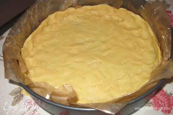 Разогреть духовку до 200 градусов, поместить туда форму с тестом и выпекать 15 минут. Вынуть форму и дать остудиться.