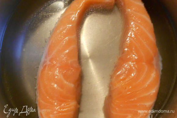 Положите филе лосося, полоску цедры в кастрюлю с холодной водой. Доведите до кипения и варите 5 мин.
