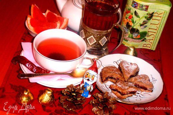 Фигурки-печенье я вырезала из своего пирога (http://www.edimdoma.ru/retsepty/49836-pirog-volshebnaya-noch), чтобы показать, как можно ещё его преподнести, если пирогом не хочется...