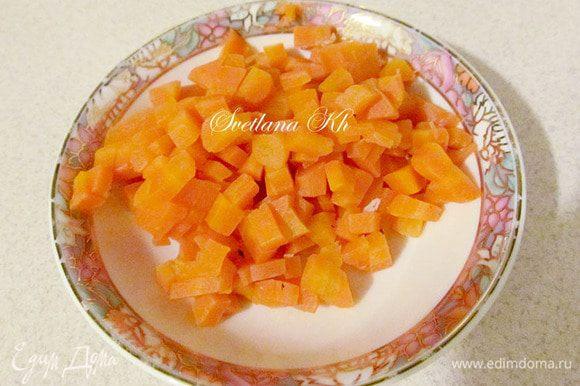Отваренную морковь нарезать кубиками