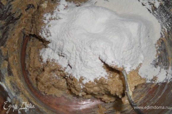 Добавить пшеничной муки 150 г и вымесить тесто. Возможно, муки понадобится немного больше, а может, немного меньше.