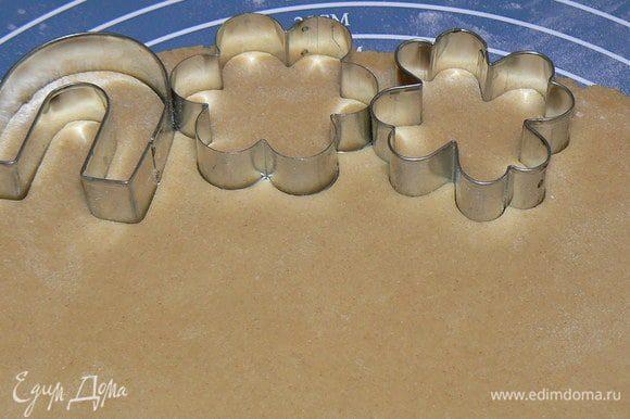 Раскатываем в пласт толщиной в 1 см (чем тоньше раскатывать, тем тверже получается печенье) и вырезаем формочками печенье.