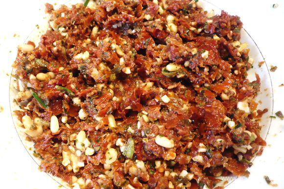 Укладываем томаты, орехи, травы и чеснок в блендер, измельчаем до состояния пасты, добавляя жидкость из томатов. Начинка готова. Солим и перчим по вкусу.