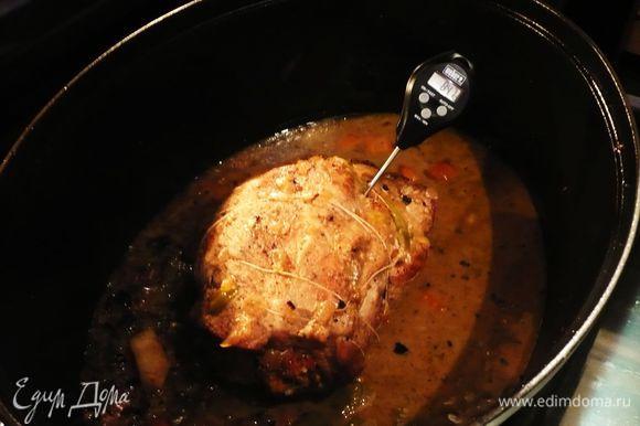 Когда мясо приготовилось (термометр, который мы втыкаем в рулет, должен показывать 80 градусов).