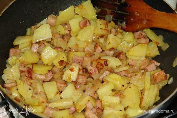 Начинка 2: Бекон и лук мелко нарезать, добавить немного растительного масла и обжарить. Картофель нарезать тонкими пластинками и обжарить на растительном масле на другой сковороде до полуготовности. Соединить и перемешать начинку. Соль-перец.