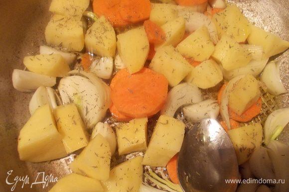 В сковороде разогреть оливковое масло и протомить крупно порезанные овощи(не обжариваем!!!)Чеснок класть целым, в конце вынуть его.
