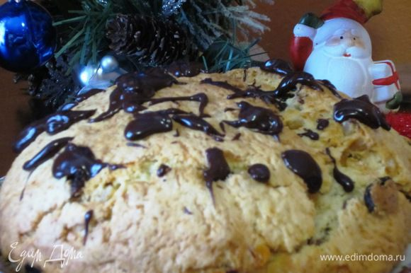 Остывший кекс полить шоколадом или посыпать сахарной пудрой.