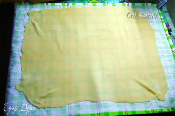На рабочую поверхность стелим полотенце, присыпаем его мукой. Раскатываем на нём тесто по возможности тонко в виде прямоугольника. У меня получился 38X49 см.