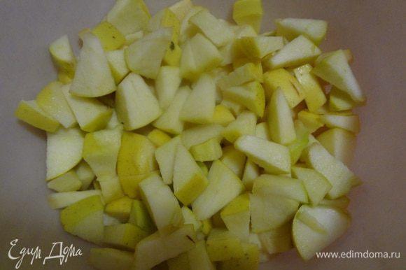Яблоки порезать на маленькие дольки.