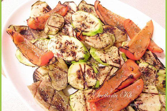 Овощи выложить в ряд на блюдо. А семгу достать и поджарить в небольшом количестве растительного масла. Подавать с овощами.
