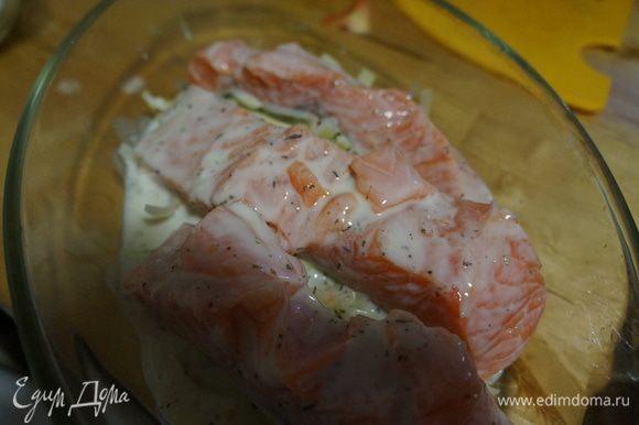 На лук выложить рыбу, сверху залить маринадом