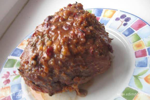 Вынуть мясо и чеснок, дать остыть немного.