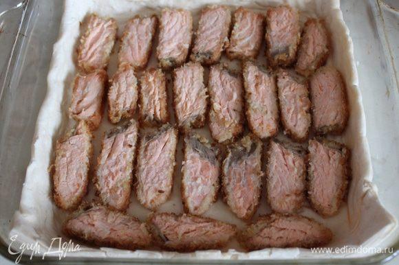 На дно формы для выпечки выложить лист теста и сделать небольшие бортики... Выложить рыбу...