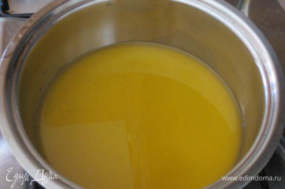 Сок вылить в кастрюлю,слегка нагреть и снять с огня.Желатин отжать, добавить в сок и мешать до полного растворения желатина.Охладить.