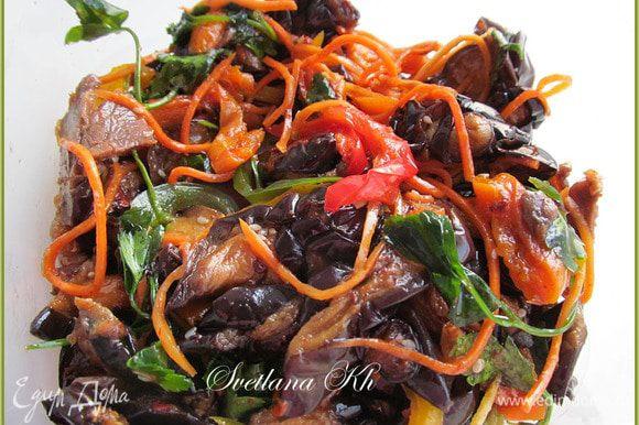 Соединить все составляющие для салата, добавив курагу и корейскую морковь. Полить заправкой. Веточки петрушки порвать руками и посыпать салат. Дать настояться час и подавать.