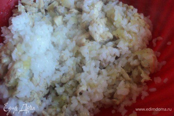 Смешать отваренный рис с луком и филе.