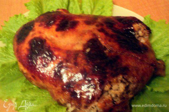 Затем надрезать рукав сверху, смазать курицу остатками глазури и подрумянить в духовке еще 10-15 мин.