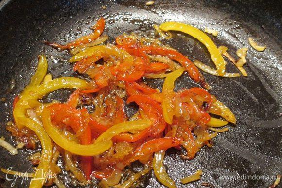 Стручок перца вымыть и обсушить, семена и плодоножку удалить. Лук очистить. Перец и цуккини нарезать тонкой соломкой, лук - тонкими полукольцами. Чеснок очистить и мелко порубить. Нагреть оливковое масло на сковороде или в сотейнике и обжарить овощи до прозрачности лука (ок. 7 мин.). Добавить устричный соус, Табаско, мед, аккуратно перемешать, снять с огня.