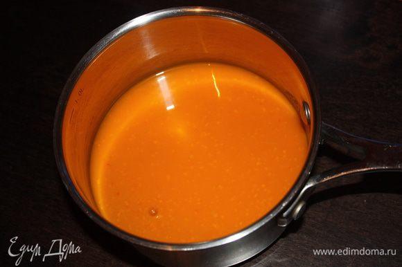 Пока печенья остывают приготовим суфле. Я отжимала сок из полкило размороженных ягод. В сотейнике смешайте облепиховый сок с сахаром (3-4 ст.л. отложите) и поставьте на огонь.