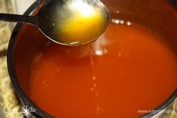 В чуть остывший сироп введите желатин и размешайте до полного его растворения.